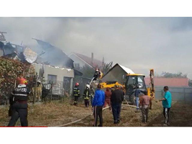 Două copile de 9 și 11 ani au distrus prin joacă două case. Poliția le va audia