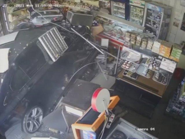 VIDEO Un bărbat a intrat cu mașina într-un magazin din Craiova