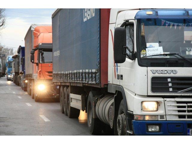 Protest masiv al șoferilor de TIR. Transportatorii amenință că vor bloca...