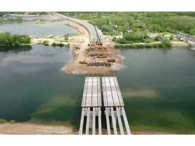 Au fost montate grinzile principale la podul peste Olt de pe tronsonul 2 al...