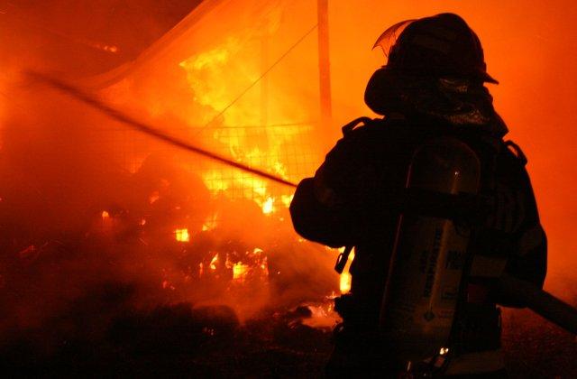 [UPDATE] O femeie a murit, iar un copil este grav ranit, in urma unui incendiu la un apartament din Dristor