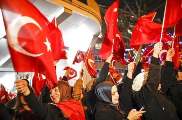 Protest violent in fata Consulatului turc din Rotterdam, dupa ce un ministru a fost oprit sa intre si expulzat din tara