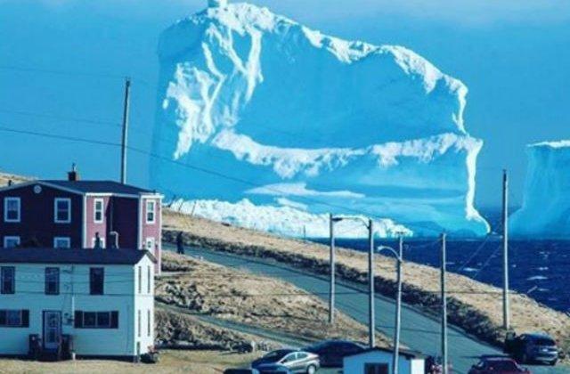[VIDEO] Un iceberg urias pluteste in dreptul unui orasel din Canada