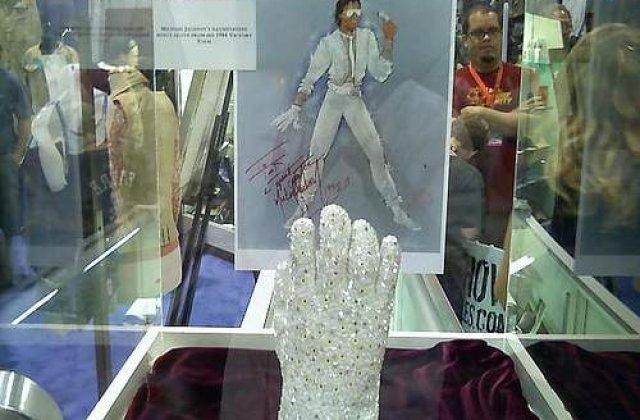 Manusa lui Michael Jackson, dorita mai mult decat creierul lui Eistein