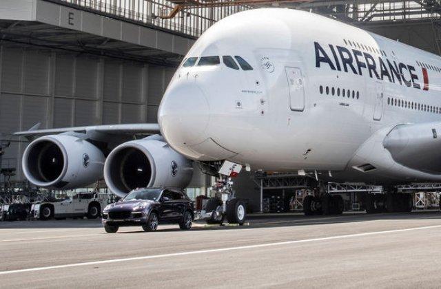 Record mondial pentru o masina de serie: un Porsche Cayenne a tractat un Airbus A380 de 285 de tone, cel mai mare avion de pasageri din lume