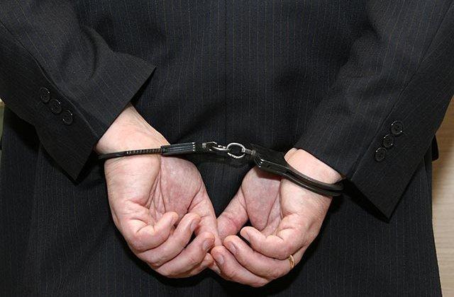 Profesor arestat dupa ce a cerut fotografii nud de la o eleva de 13 ani