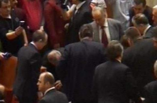 [VIDEO] Tragedie in Parlament: Un barbat s-a aruncat de la balcon