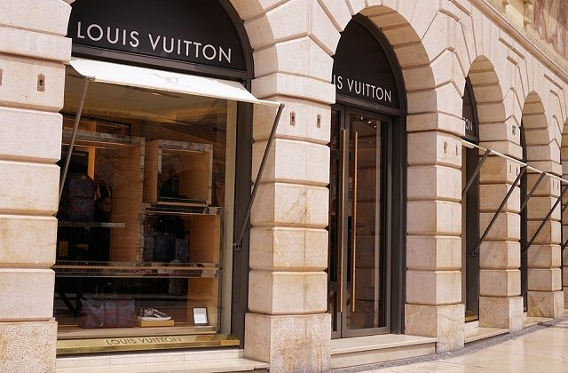 """The Guardian scrie despre fabrica de la Cisnadie unde grupul Louis Vuitton fabrica pantofi """"Made in Italy"""""""
