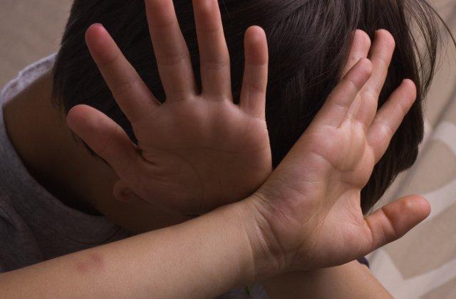 Copil de 10 ani din Vaslui, batut de mama sa cu fierul de calcat. Baiatul a ajuns la spital cu rani pe tot corpul