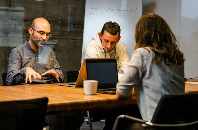4 strategii eficiente pentru a cladi o afacere transparenta. Cum iti pastrezi cei mai buni angajati