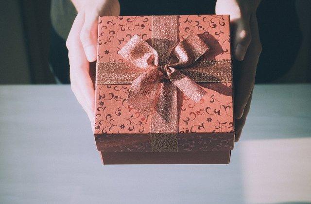 9 cele mai bizare cadouri oferite vreodata. Ce ai face daca ai primi o carte legata in piele de om?