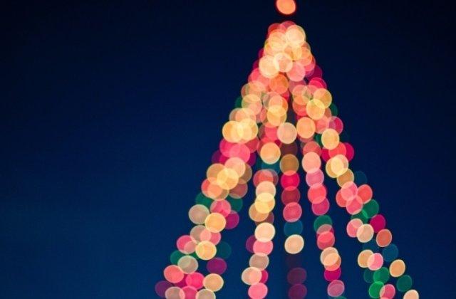 A fost aprins iluminatul festiv in Capitala. Peste 3 milioane de beculete, montate cu ocazia sarbatorilor de iarna