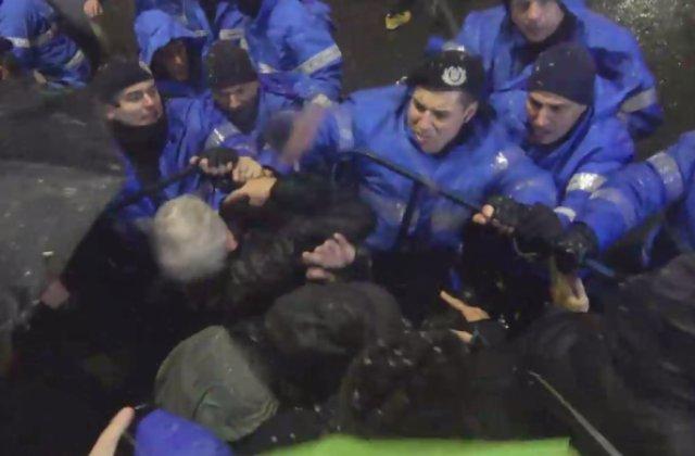Jandarmul care a lovit mai multi protestatari, cercetat de Parchetul Militar
