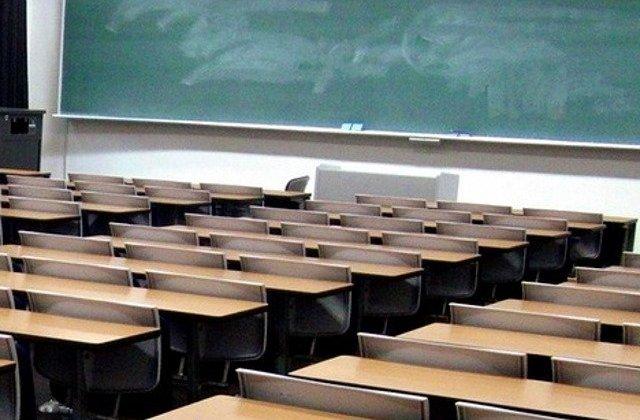 Un elev din Constanta a fost batut pe holul scolii de mamele unor colegi de clasa/ VIDEO