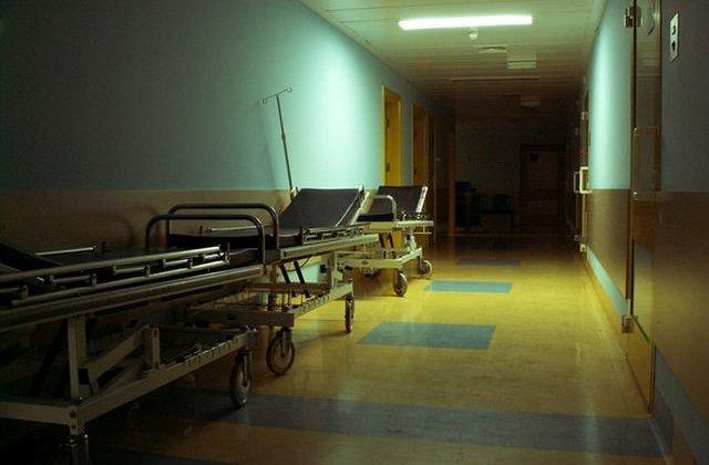 Un copil de 9 ani a fost dat afara din spital, desi era in stare foarte grava. Conducerea spitalului cere parintilor sa plateasca spitalizarea