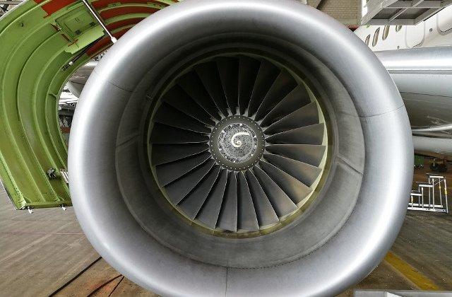 O femeie a murit dupa ce motorul unui avion a explodat in timpul zborului/ VIDEO