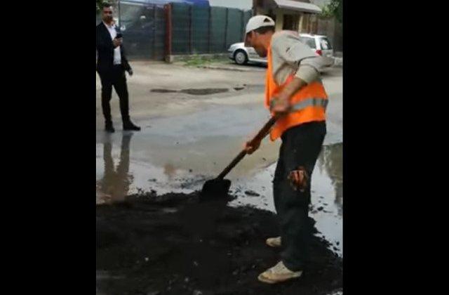 Muncitori din Braila, filmati in timp ce toarna asfalt in gropile pline cu apa / VIDEO
