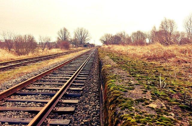 Un barbat a murit dupa ce microbuzul pe care il conducea a fost lovit de tren