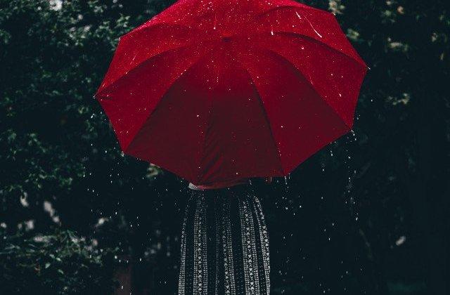 Cod galben de ploi torentiale si vijelii in 31 de judete, pana luni seara