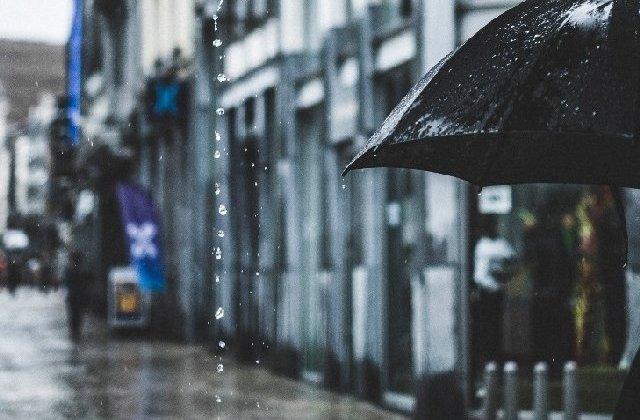 Cod galben de ploi torentiale, vijelii si descarcari electrice pana marti