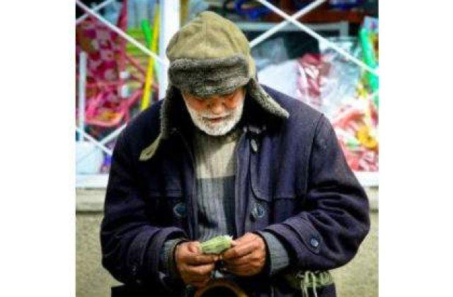 Pensionarii isi striga pensiile in strada