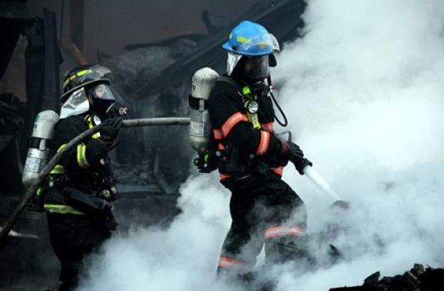 Pompierii inca se lupta cu incendiile din Transalpina