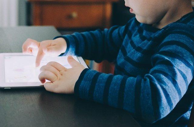 Studiu: Mai mult de doua ore petrecute de copii in fata ecranelor le afecteaza capacitatile cognitive