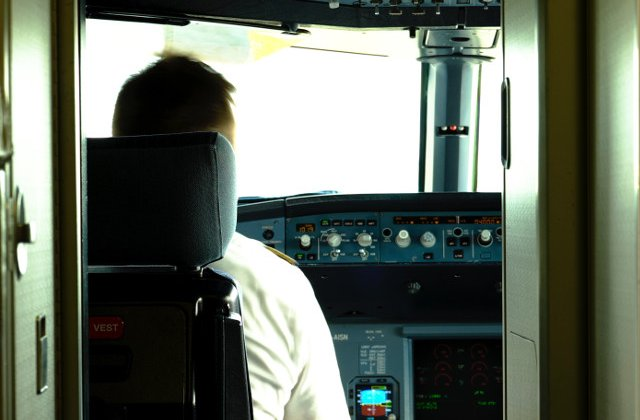 Un pilot a atipit in cabina avionului si a depasit zona de aterizare cu 46 de kilometri
