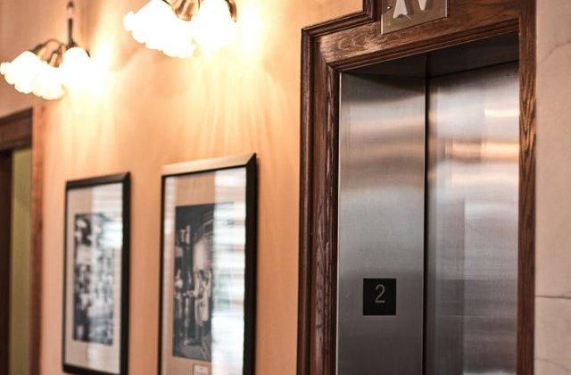 O femeie care a ramas blocata de vineri in lift, salvata abia luni/ VIDEO