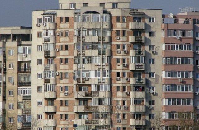 O adolescenta de 13 ani s-a aruncat de la etajul 9 al blocului unde locuieste, dupa o cearta cu mama sa