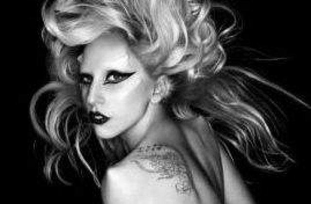 Cati bani face Lady Gaga din contul ei de Twitter?