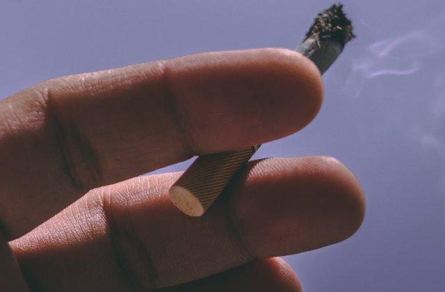 Un barbat cu un cutit infipt in spate si-a riscat viata iesind in frig din sectia de urgente pentru a fuma