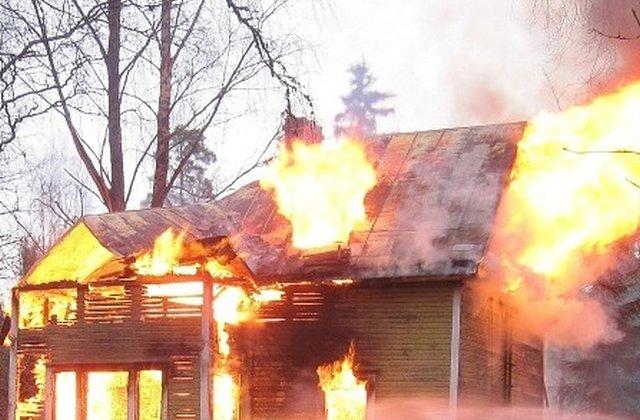 Doua femei si trei copii au ars de vii dupa ce vecinii le-au incendiat casa, in urma unor acuzatii de vrajitorie