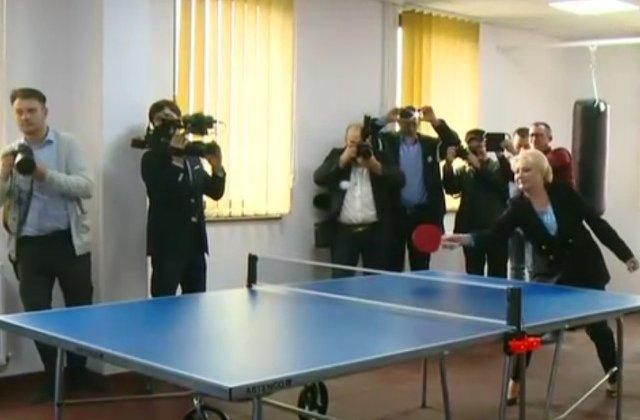 Anunt ironic al unei companii de HR, dupa ce Dancila a jucat tenis de masa: Cautam antrenor de ping-pong pentru exercitii de imagine
