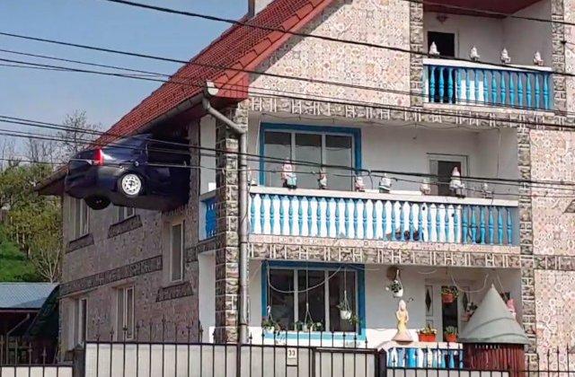 Proprietarul unei case din Teius si-a zidit in peretele casei o masina/ VIDEO
