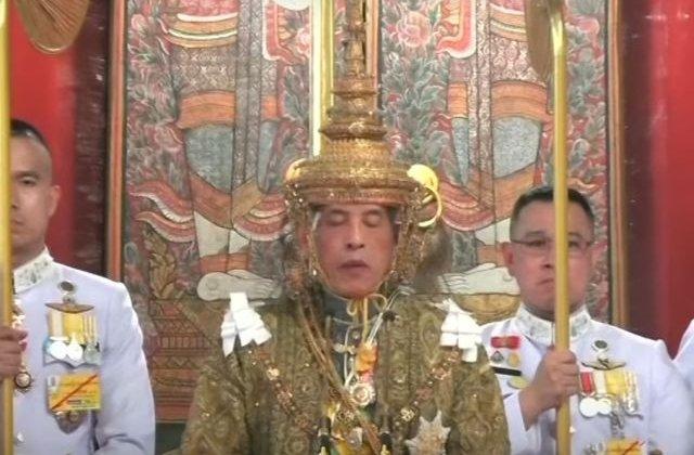 """Maha Vajiralongkor, incoronat rege al Thailandei. Suveranul si-a asezat singur """"Marea Coroana a Victoriei"""", care cantareste mai mult de 7 kg/ VIDEO"""