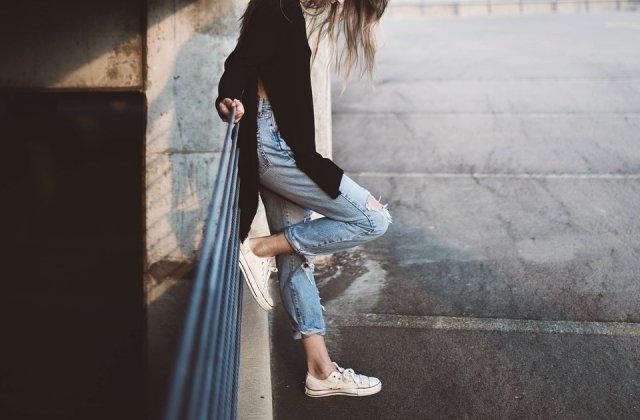 Cum se pot purta mom jeansii sau blugii drepti in 2019