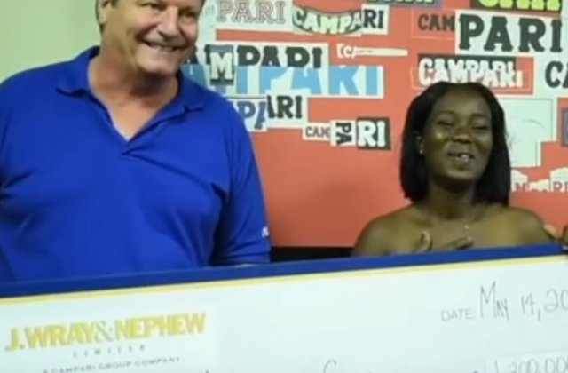 Recompensa de 1.2 milioane de dolari pentru o femeie care a returnat o geanta cu bani gasita la bancomat