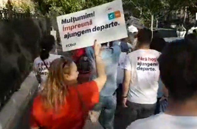 Membri ai USR-PLUS au iesit pe strazile Bucurestiului pentru a le multumi oamenilor pentru vot/ VIDEO