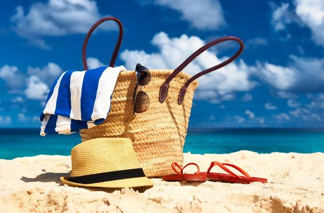8 lucruri care sa nu-ti lipseasca din geanta de plaja