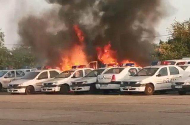 Mai multe masini de politie au ars in urma unui incendiu care a avut loc in parcarea unei sectii din Constanta/ VIDEO