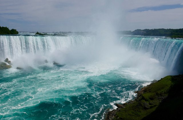 Un barbat a supravietuit dupa ce s-a aruncat in cascada Niagara