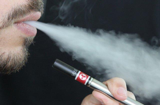 Studiu: Adeptii tigarilor electronice fumeaza mai putin, dar au o probabilitate mai ridicata de recidiva