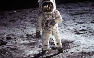 50 de ani de la primul pas pe...