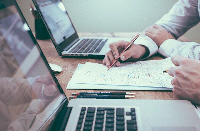 Un sfert dintre angajati nu se descurca cu banii si se imprumuta lunar