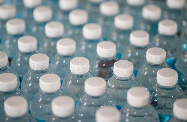 Pe Aeroportul International din San Francisco s-a interzis vanzarea de sticle de apa din plastic