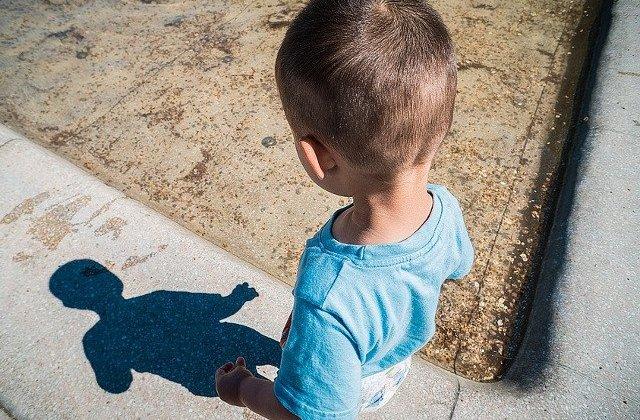 Un copil de 6 ani din Vaslui a fost jefuit de un recidivist