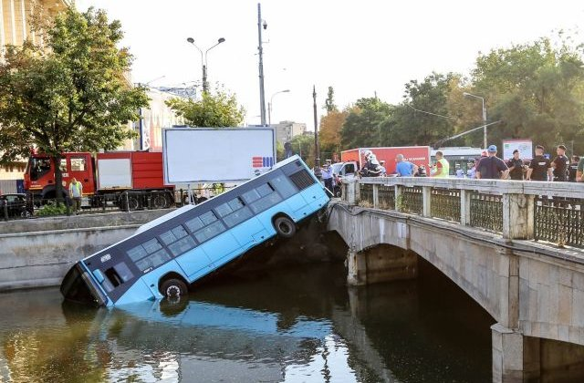 Autobuz al STB, cazut in Dambovita dupa coliziunea cu o masina/ FOTO