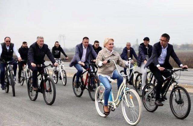 """Dancila, pe bicicleta la inaugurarea Centurii Bacau: """"Ma bucur ca acest obiectiv va purta semnatura PSD""""/ VIDEO"""