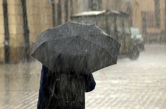 Informare meteo de ploi si vreme rece, pana sambata dimineata